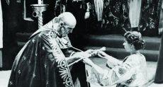 الملكة إليزابيث الثانية تتسلم صولجان العرش البريطانى