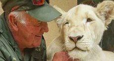 العم ويست مع أسد أبيض