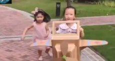 الطفلة تلعب لطائرة من الورق المقوى