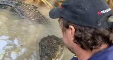 المذيع مع التمساح