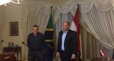مرتجي يُهدي سفير مصر بـتنزانيا «درع وعلم» الأهلي