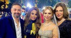 النجمة ريهام حجاج مع العروسين