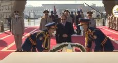 الرئيس عبد الفتاح السيسى يضع إكليل الزهور على قبر الجندى المجهول