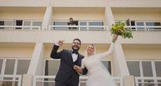 محمد صلاح والعروسان