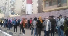 الناخبون أمام الجامعة العمالية في مدينة نصر بإعادة النواب