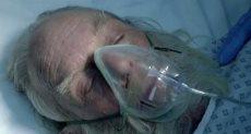 سانتا كلوز وهو يتلقى التنفس الصناعي في الإعلان