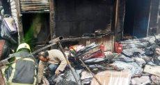 لحظة السيطرة على حريق شب بأحد عقارات التوفيقية