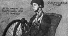 جندى يحمل دراجة قابلة للطىء