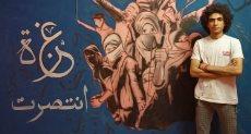 يوسف مع لوحة الجرافيتي