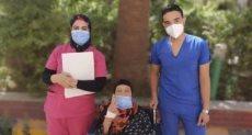 السيدة المتعافية مع الطاقم الطبى للمستشفى