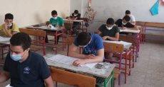 طلاب الشهادة الإعدادية بالقاهرة يؤدون امتحان الجبر والإحصاء