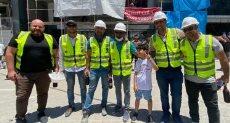 الطفل الفلسطينى كريم يقدم العصائر للأطقم الهندسية المصرية فى غزة