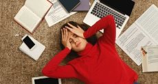 طالبة مرهقة من المذاكرة ـ أرشيفية